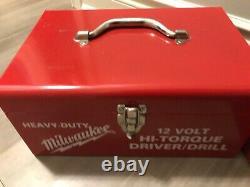 Vintage Milwaukee 12 Volts Driver/drill Boîte À Outils En Métal Blanc Rouge